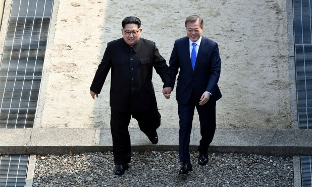 Moon Jae-in junto a Kim Jong-un (Reuters)