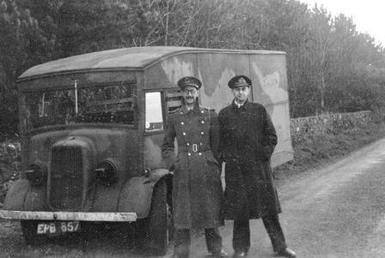 Charles Cholmondeley y Ewen Montagu durante el traslado del cuerpo a Escocia. Luego fue embarcado en su submarino y llevado hasta la costa de España.