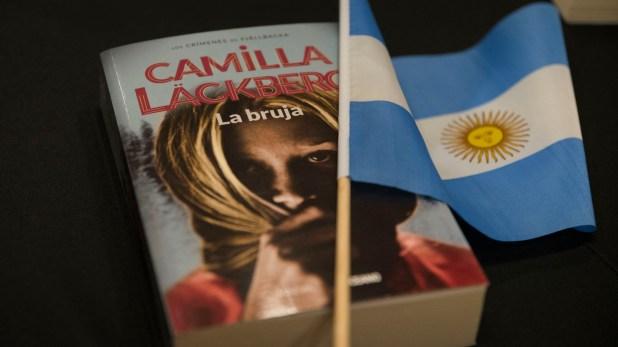 """""""La bruja"""" de Camilla Läckberg, editada por Océano (Foto: Julieta Ferrario)"""