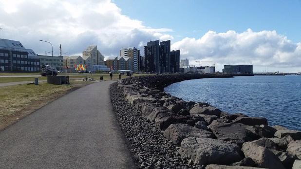 Costanera de la ciudad bordenado la bahía