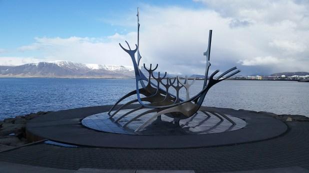 Sólar (El viajero del Sol). La escultura de este barco vikingo en la costanera es el monumento símbolo de la ciudad. En el fondo, el monte Esja.