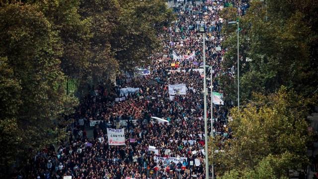 La manifestación de las mujeres se replicó en varias ciudades del país, además de Santiago (AFP)
