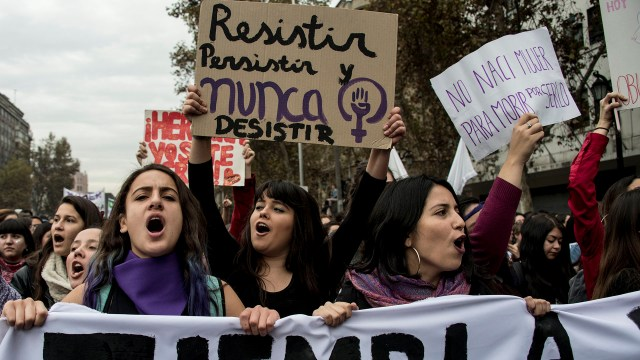 Entre los reclamos de las jóvenes en Chile figura la elaboración de protocolos contra la violencia de género (AFP)