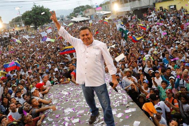 """El candidato Javier Bertuccidel partido""""Esperanza por el Cambio"""" en el acto de cierre de su campaña en Valencia. (REUTERS/Carlos Jasso)"""