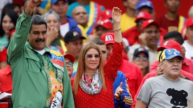 Nicolás Maduro, la primera dama, Cilia Flores, y Diego Maradona (Reuters)