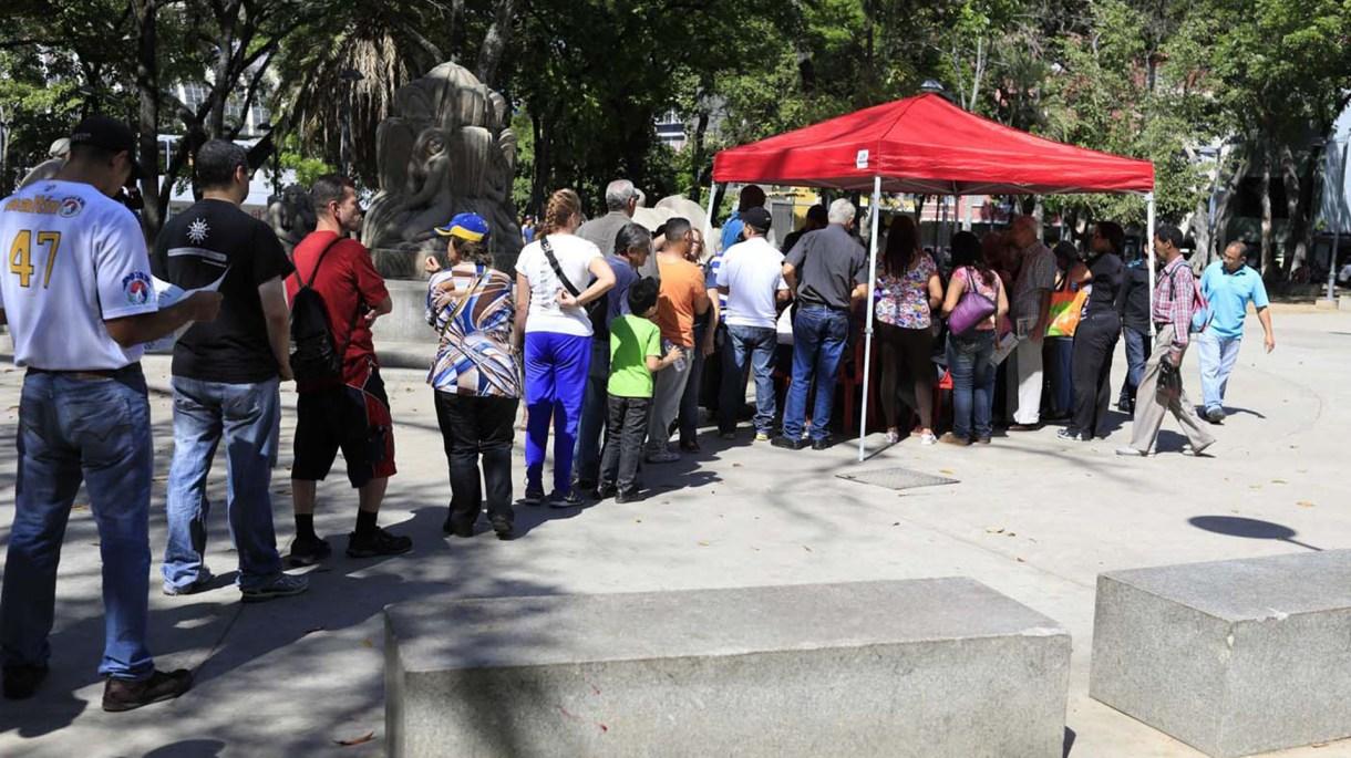 """Uno de los """"puntos rojos"""" cercano a los centros de votación, donde el chavismo controla quienes van a votar mediante el """"carnet de la patria"""" (Reuters)"""