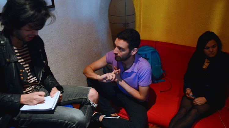 Ángel López, director y editor, guía a su equipo durante uno de los consejos de redacción donde definen las temáticas del periódico.