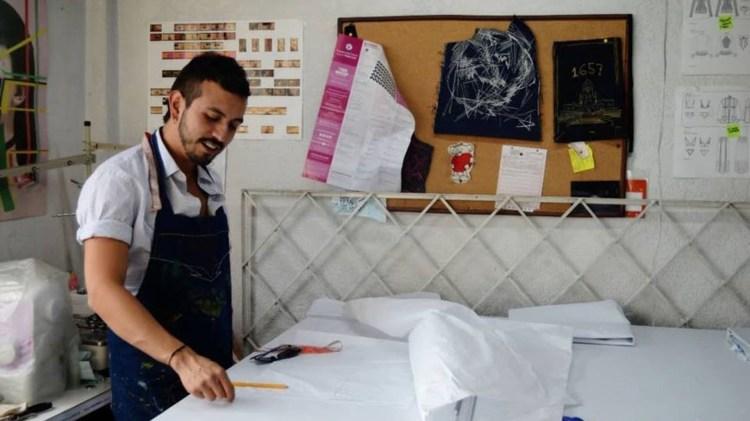 Sebastián Reyes en su taller de moda.