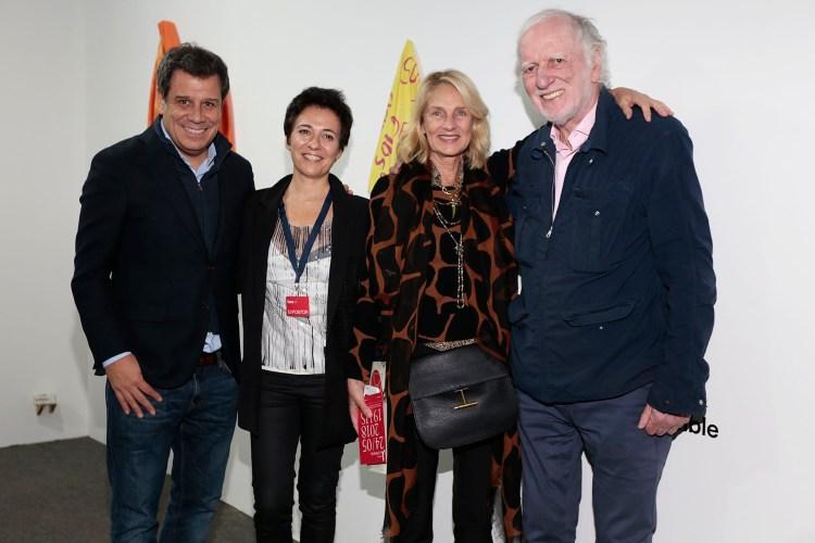 Facundo y Josefina Manes junto a Marina Blaquier e Iñaki Zuberbuhler en el stand de Selvanegra, donde se expone la obra de Lucía Reissig