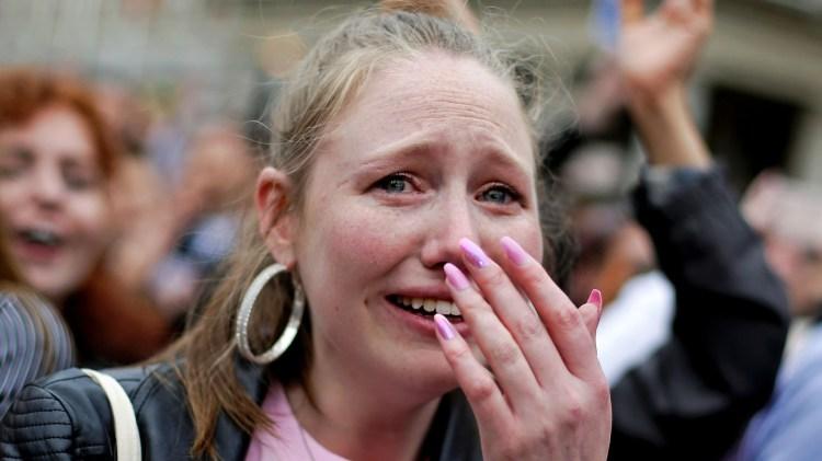 Una mujer llora de emoción después de conocerse la victoria del Sí en el referéndum por el aborto en Irlanda (REUTERS/Max Rossi)