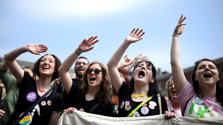 Miles de mujeres festejan en Dublin la liberalización de la ley de aborto (REUTERS/Clodagh Kilcoyne)