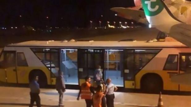 El pasajero debió ser sacado a la fuerza del avión de Transavia