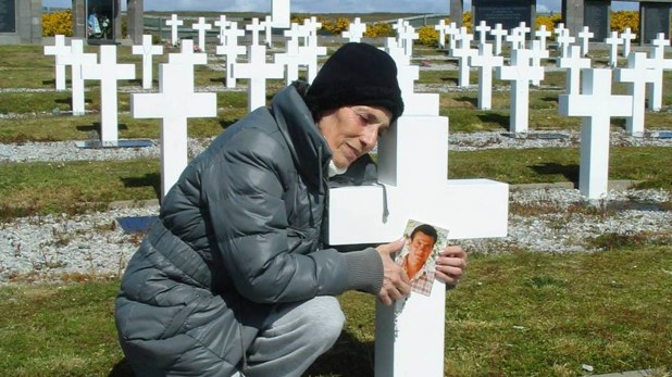 """María Cristina durante su viaje a las islas en 2015 se abrazó a la cruz de su marido y le pidió perdón """"por no haber podido cumplir con la promesa que le había hecho cuando partió hacia la guerra"""""""