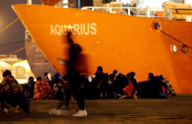 Migrantes desembarcan delMV Aquarius, el barco de la ONG SOS Mediterranee yMédicos sin Fronterasen una foto de enero de 2018 (REUTERS/Antonio Parrinello/archivo)