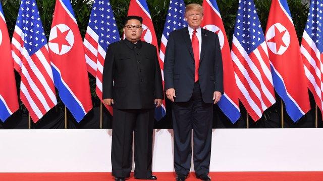 El presidente Donald Trump y Kim Jong-un en el hotel Capella. (AFP)