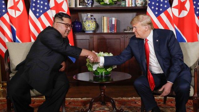 Apretón de manos entre Kim y Trump, una imagen que recorrerá el mundo (AP)