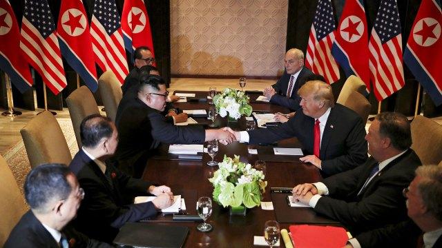 En una muestra de cordialidad, los dos líderes se estrechan la mano antes de la reunión con las delegaciones.