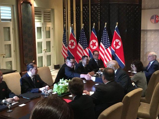 Las dos comitivas observan el saludos entre el dictador y el presidente.