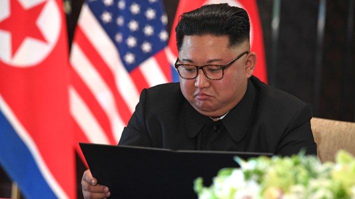 Kim Jong-un leyendo los términos del pacto de desnuclearización (AFP)