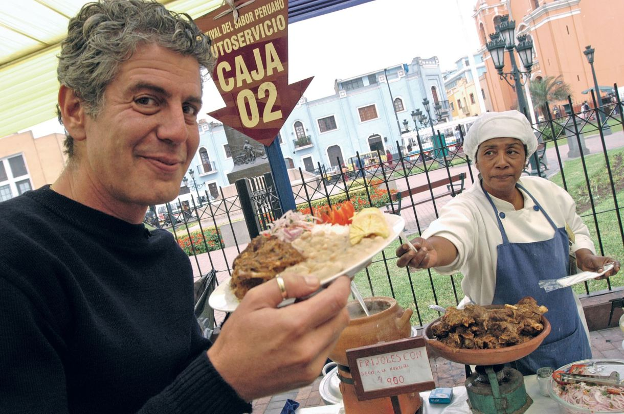 Anthony Bourdain probando platos típicos en Lima , Plaza Italia