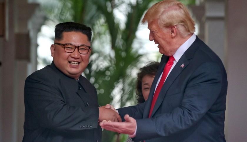 Kim Jong-un junto a Donald Trump (Reuters)