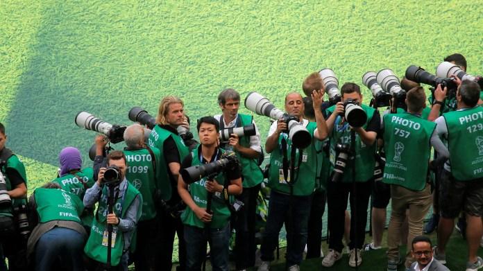 La fila de fotógrafos, mientras esperaban la llegada de los protagonistas de las ceremonia inaugural(REUTERS/Maxim Shemetov)