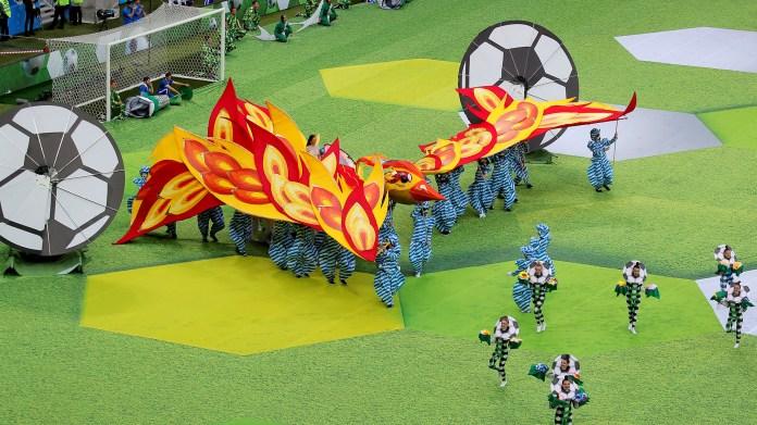 La ceremonia de inauguración comenzó con el video protagonizado por un niño a lo largo de todas las sedes del Mundial. El mismo niño ingresó al estadio de la mano de Ronaldo, el astro brasileño campeón con su selección en Estados Unidos 94 y Corea-Japón 2002(REUTERS/Maxim Shemetov)
