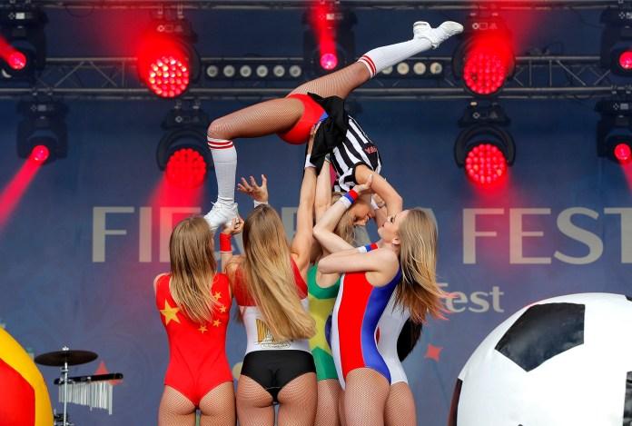 La coreografía de bailarinas vestida con la bandera de los países participantes en la fiesta del fan fest durante la ceremonia de inauguración(AP Photo/Vadim Ghirda)