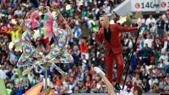 """El cantante esun apasionado del fútbol y dijo que cumplió un sueño al participar de esta ceremonia.El punto más álgido se vivió cuandosonó """"Rock DJ"""",elpopular temadel cantante británico que causó sensación en 2000(REUTERS/Kai Pfaffenbach)"""