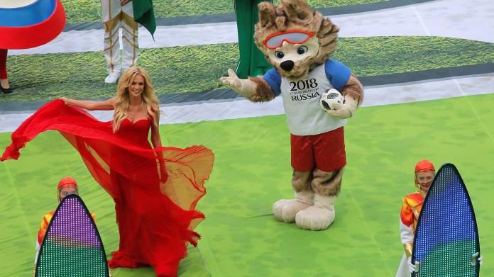 """La mascota Zabivaka es un lobo cuyo nombre significa """"pequeño goleador"""". También participó de la fiesta inaugural (REUTERS/Maxim Shemetov)"""