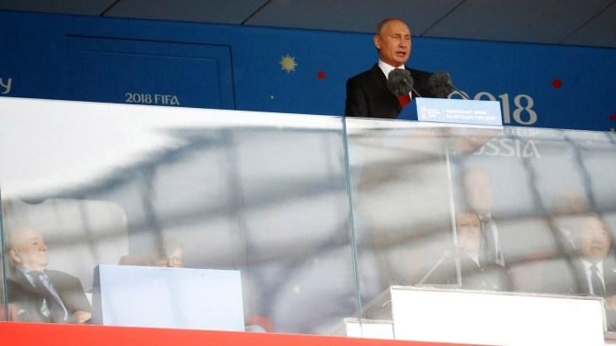 Entre la ceremonia y el comienzo del primer partido, ya con los futbolistas rusas y árabes dispuestos en el campo de juego, Vladimir Putin, presidente del equipo anfitrión, pronunció un discurso en su idioma(REUTERS/Kai Pfaffenbach)