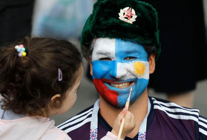 En las tribunas del Estadio Olímpico Luzhniki, un hombre se pintó el rostro con las banderas de Argentina y de Rusia (AP Photo/Eduardo Verdugo)