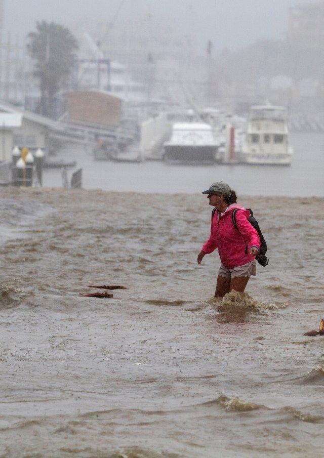 Una mujer camina en una calle inundada de la ciudad(REUTERS/Fernando Castillo)