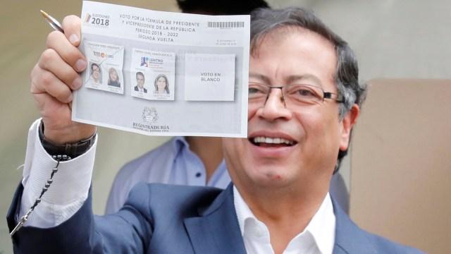 El candidato de izquierda Gustavo Petro al ejercer su voto en el sur de Bogotá. (Reuters)
