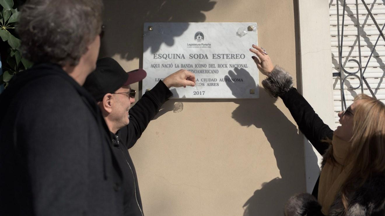 También presentes en el acto, Zeta Bosio y Laura Cerati, hermana de Gustavo, se tomaron con humor la fallida inscripción de la placa