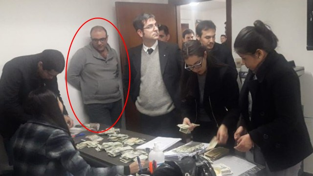 """Mahmoud Alí Barakat (con canguro gris) observa mientras el fiscal Marcelo Pecci y los funcionarios del Ministerio Público allanan su oficina del edificio """"Líder 4"""" del microcentro de Asunción (ABC)"""