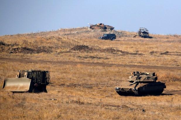 Tanques y vehículos blindados israelíes se mantienen en alerta en la frontera (AFP)