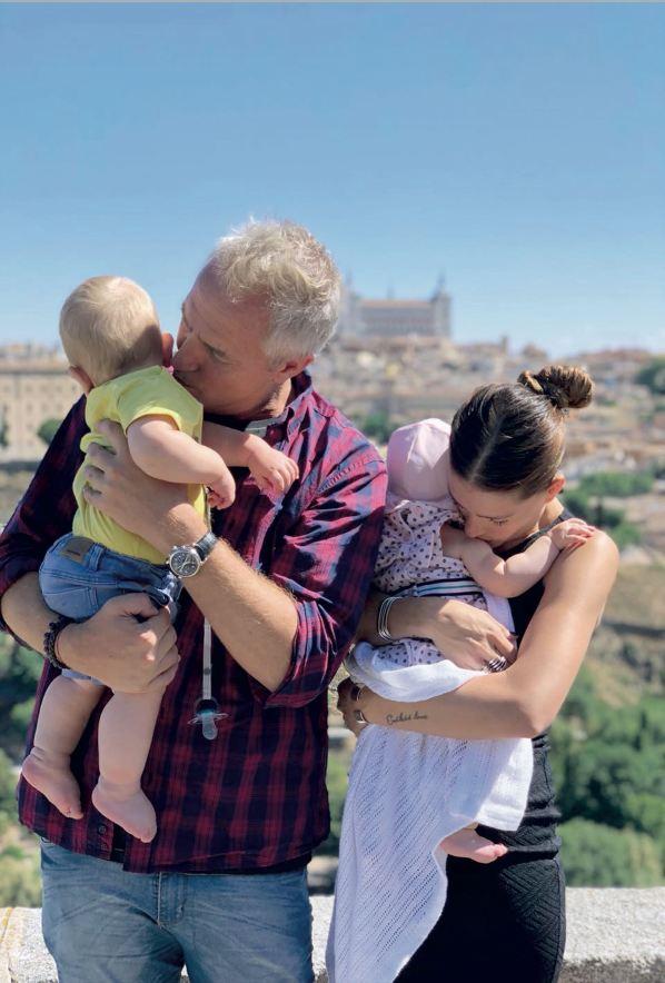"""Marleyy Eugenia """"la China Suárez"""" con sus hijos, Mirko y Magnolia, en España (Foto: revista Gente)"""