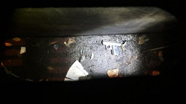 La supuesta arma del crimen: la joven aseguró que el cantante de Viejas Locas le pidió tirarla al drenaje.