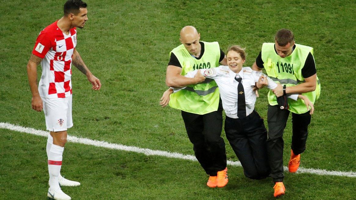 La irrupción de una de las Pussy Riot en el campo de juego del Mundial de fútbol en Rusia (Reuters)