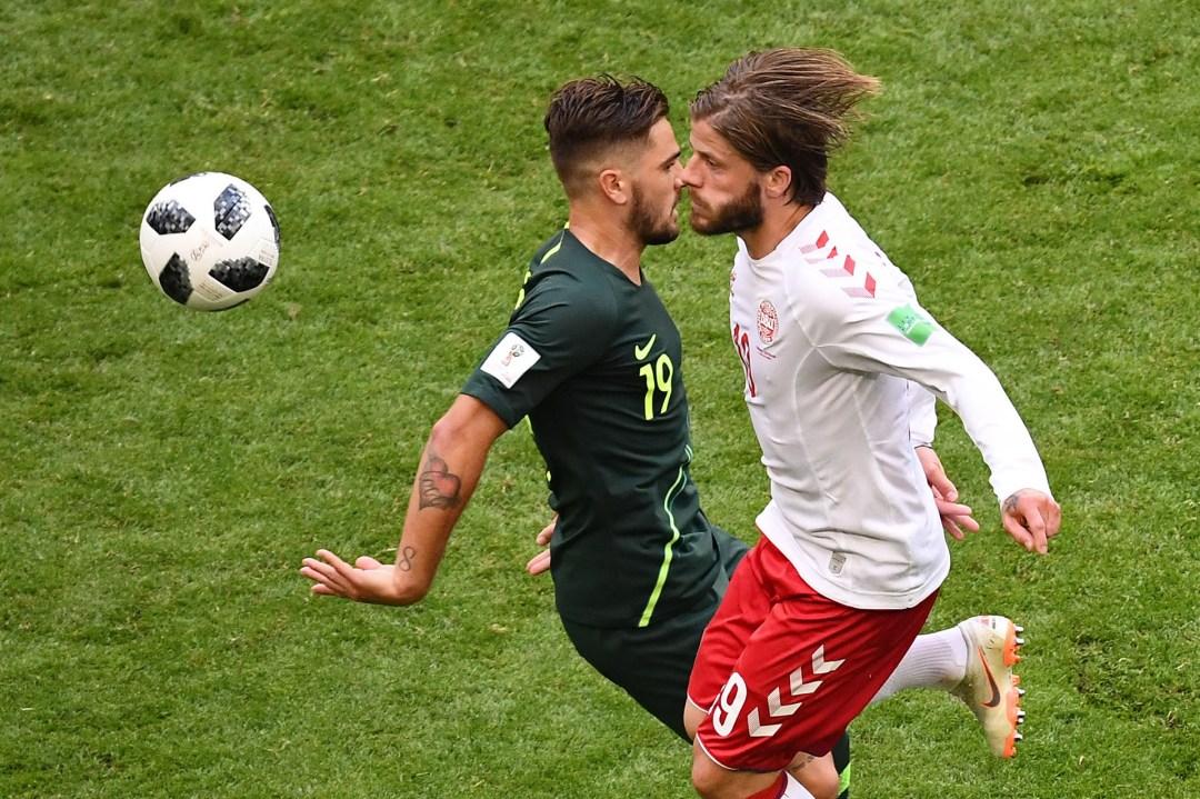 Una particular perspectiva en la disputa del balón entre el danés Lasse Schone y el australiano Joshua Risdon