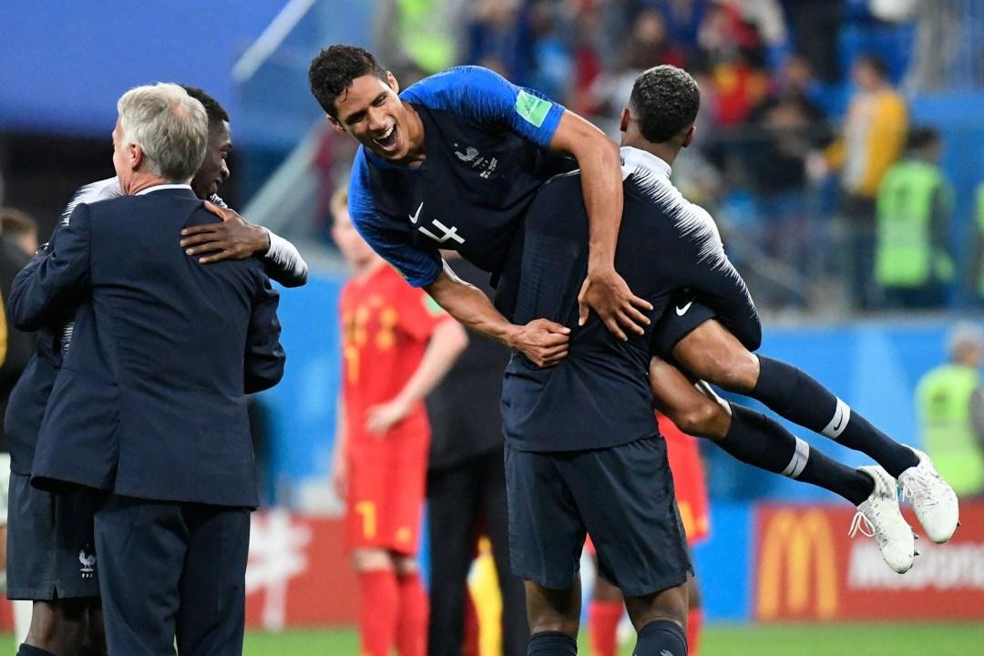 El francés Raphael Varane es alzado por su compañero Presnel Kimpembe luego de la clasificación a la final contra Bélgica
