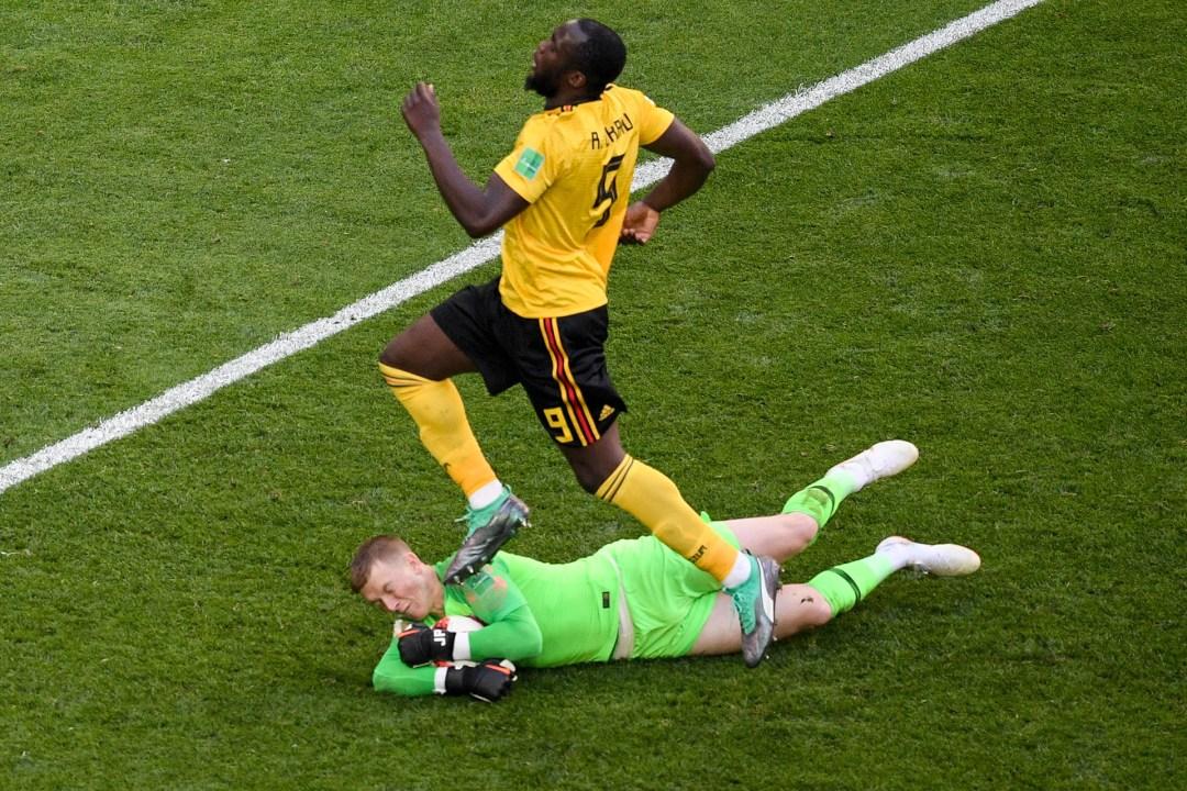 El inglés Jordan Pickford le cierra e camino al belga Romelu Lukaku, que salta y lo lamenta
