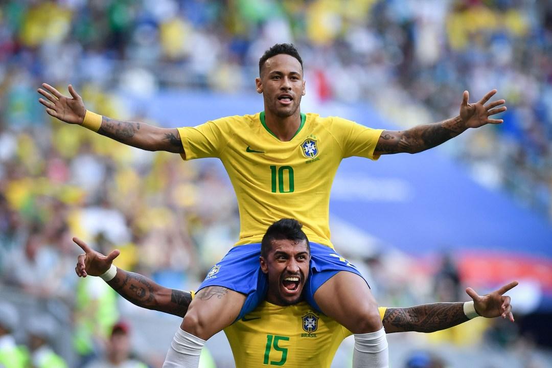 Neymar subido arriba de Paulinho, saboreando el pase a los cuartos de final contra México
