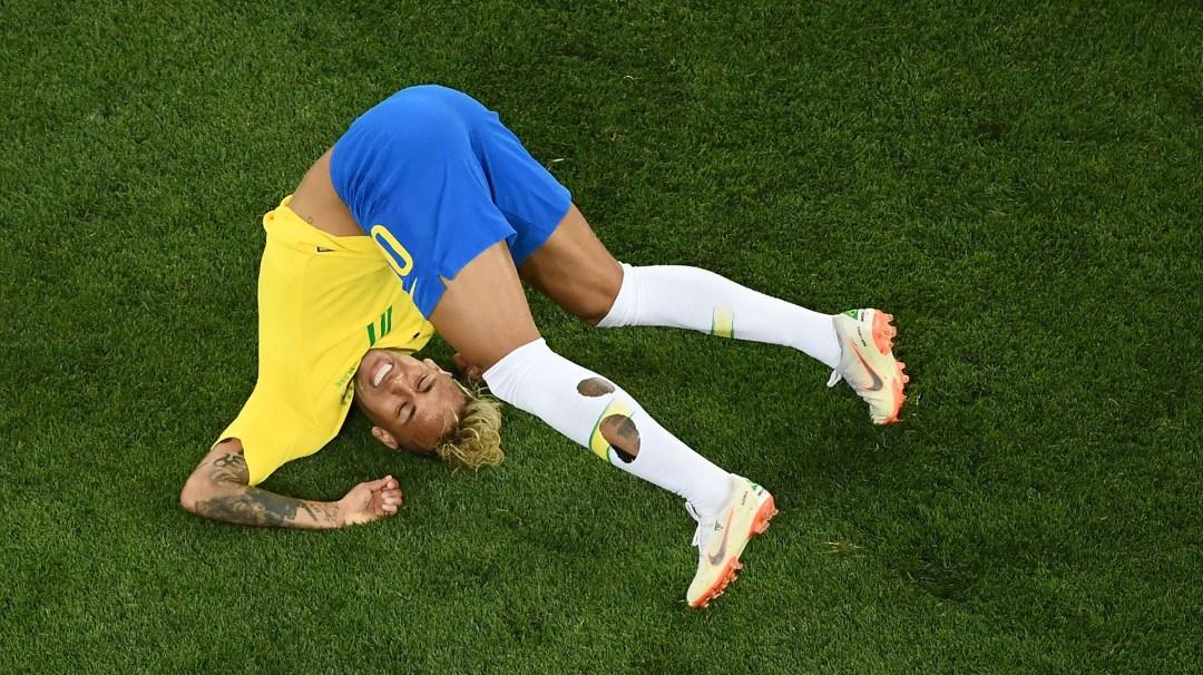 Neymar rueda y tuerce su cuello en el estreno de Brasil frente a Suiza