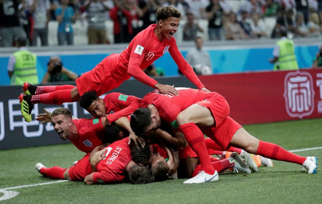 Dele Alli vuela hacia la montaña de jugadores británica tras el primer tanto mundialista ante Túnez