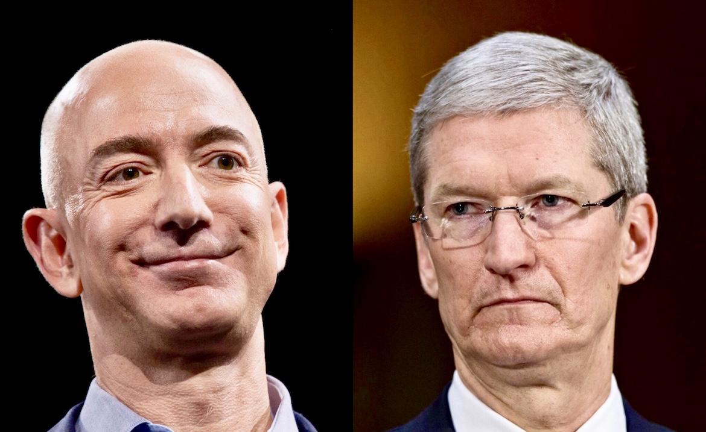 Jeff Bezos, fundador y director ejecutivo de Amazon y Tim Cook, director ejecutivo de Apple