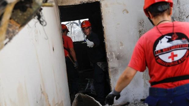 Bomberos trabajando (Reuters)
