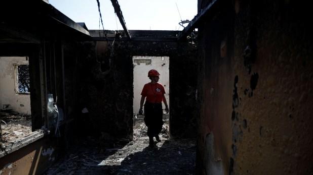 En la zona forestal de Gerania, en el oeste de Atica, el fuego está evolucionando hacia las montañas y en su extinción participan 228 bomberos con 114 vehículos (Reuters)