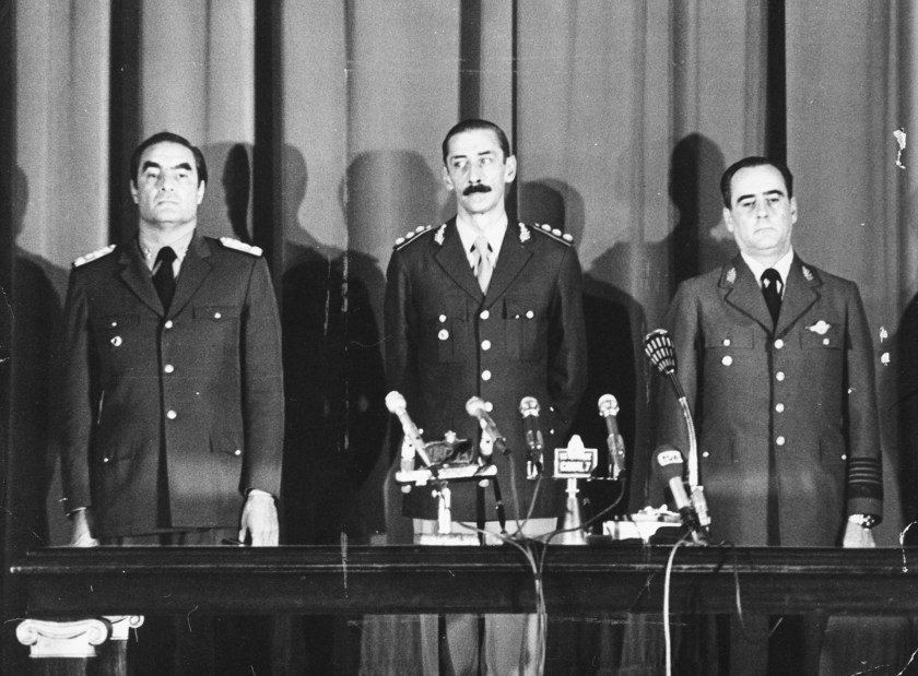 Los tres miembros de la junta que se formó tras el golpe de 1976: Emilio Massera, Jorge VidelayOrlando Agosti. (Keystone/Hulton Archive/Getty Images)